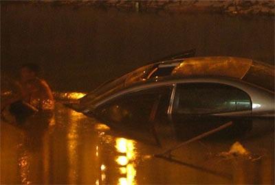 """""""Giải cứu"""" xe Civic rơi xuống sông Tô Lịch  - 4"""