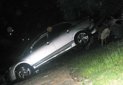 """""""Giải cứu"""" xe Civic rơi xuống sông Tô Lịch  - 7"""