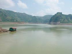Hồ Hòa Bình hết hy vọng vào lũ tiểu mãn - 1
