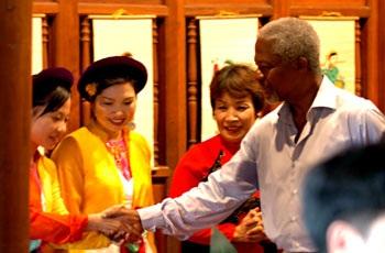 Ông Kofi Annan thử chơi đàn K'rong put - 1