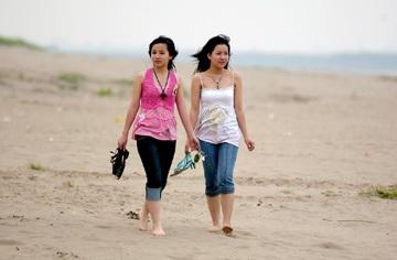 Chùm ảnh giới trẻ bên sông Hồng mùa nước cạn - 1