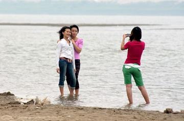 Chùm ảnh giới trẻ bên sông Hồng mùa nước cạn - 2