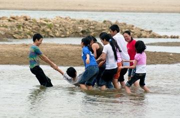 Chùm ảnh giới trẻ bên sông Hồng mùa nước cạn - 4