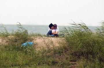 Chùm ảnh giới trẻ bên sông Hồng mùa nước cạn - 6