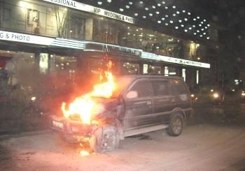 Xe Isuzu bốc cháy trên phố Thái Hà  - 2