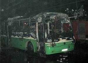 Xe buýt bốc cháy trong đêm - 1