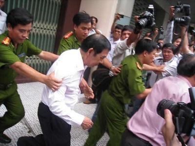 Bắt tạm giam ông Huỳnh Ngọc Sĩ - 2