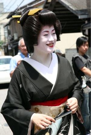 """Geisha """"mắt xanh"""" đầu tiên trở thành giảng viên ĐH - 1"""