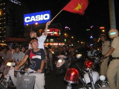 Đổ ra đường sau chiến thắng lịch sử của Việt Nam - 12