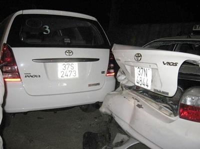 Taxi gây tai nạn liên hoàn tại TP Vinh - 1
