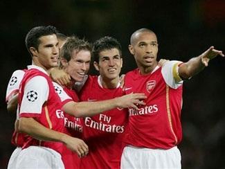 """Arsenal vững bước, """"gấu Nga"""" thắng trận đầu - 1"""