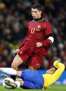 Figo khuyên C.Ronaldo nên suy nghĩ kỹ  - 1
