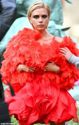 """Vợ Beckham diễn thời trang """"quái dị"""" tại Paris? - 1"""