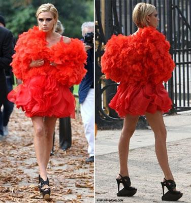 """Vợ Beckham diễn thời trang """"quái dị"""" tại Paris? - 2"""
