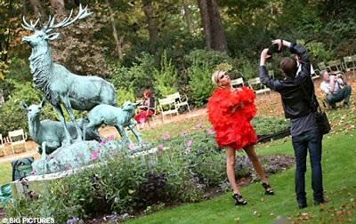"""Vợ Beckham diễn thời trang """"quái dị"""" tại Paris? - 4"""