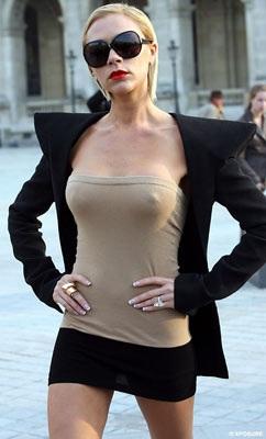 """Vợ Beckham diễn thời trang """"quái dị"""" tại Paris? - 6"""