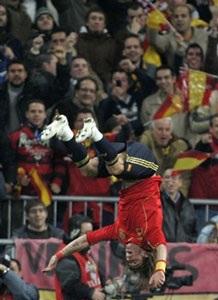 """""""Bò tót"""" Tây Ban Nha cùng Ba Lan đồng loạt đoạt vé - 2"""