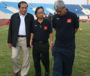 Ông Calisto ngại khả năng chơi bóng bổng của Singapore - 1