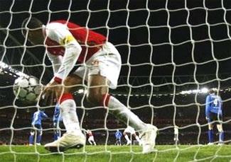 """""""Thần công"""" thoát hiểm nhờ Eboue, ấn tượng Porto! - 2"""