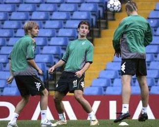 Barca nhẹ nhàng; Chelsea, Liverpool gặp khó - 2