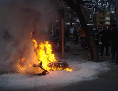 Đề nghị khởi tố đối tượng tự đốt xe - 1