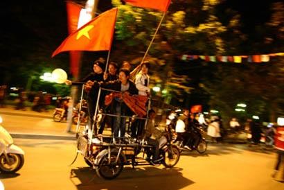 Đổ ra đường sau chiến thắng lịch sử của Việt Nam - 7