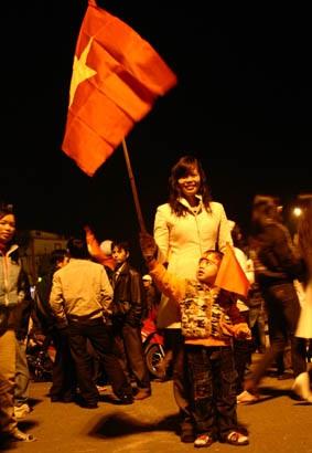 Đổ ra đường sau chiến thắng lịch sử của Việt Nam - 8