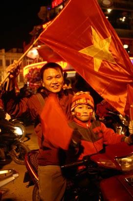 Đổ ra đường sau chiến thắng lịch sử của Việt Nam - 9