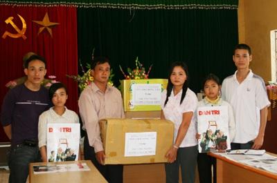 Tặng đồ dùng học tập cho học Hội Khuyến học và học sinh nghèo  - 1