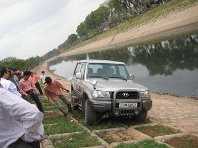 Ô tô mất lái suýt lao sông Tô Lịch - 1