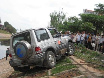Ô tô mất lái suýt lao sông Tô Lịch - 2