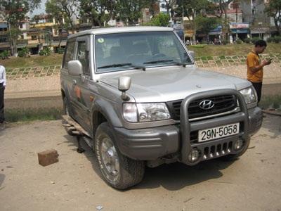 Ô tô mất lái suýt lao sông Tô Lịch - 3