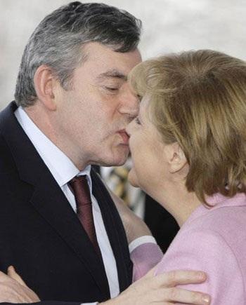 """""""Cận cảnh"""" nụ hôn của Thủ tướng Anh  - 1"""