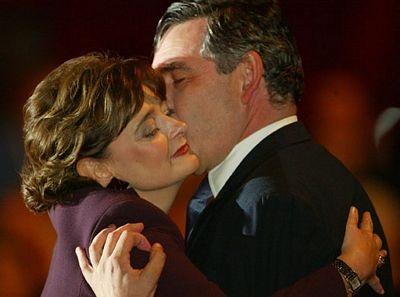 """""""Cận cảnh"""" nụ hôn của Thủ tướng Anh  - 2"""