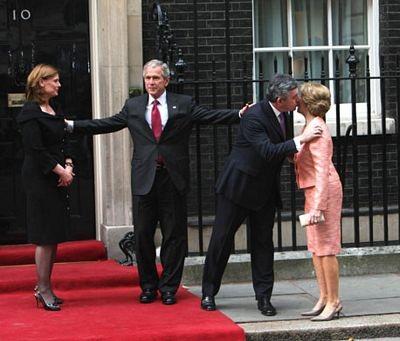 """""""Cận cảnh"""" nụ hôn của Thủ tướng Anh  - 3"""