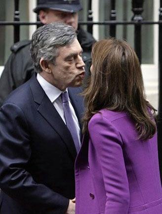 """""""Cận cảnh"""" nụ hôn của Thủ tướng Anh  - 4"""