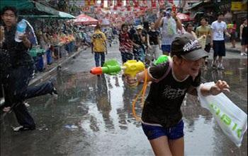 Lễ hội Té nước lớn nhất trong năm tại Thái Lan - 3