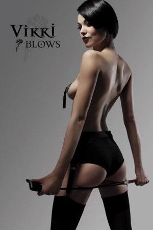 Làm quen với siêu mẫu ngực trần Vikki Blows - 1
