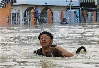 Hàng chục ngàn người Mexico bị mắc kẹt trong nước lũ - 2
