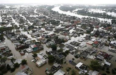 Hàng chục ngàn người Mexico bị mắc kẹt trong nước lũ - 3