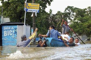 Hàng chục ngàn người Mexico bị mắc kẹt trong nước lũ - 4