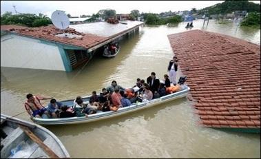 Hàng chục ngàn người Mexico bị mắc kẹt trong nước lũ - 5