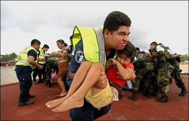 Hàng chục ngàn người Mexico bị mắc kẹt trong nước lũ - 8