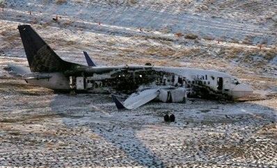 Chùm ảnh: Máy bay Mỹ trượt khỏi đường băng, gần đứt làm đôi - 1