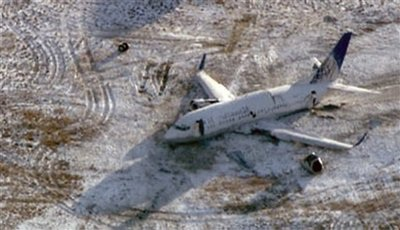 Chùm ảnh: Máy bay Mỹ trượt khỏi đường băng, gần đứt làm đôi - 2