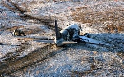 Chùm ảnh: Máy bay Mỹ trượt khỏi đường băng, gần đứt làm đôi - 3