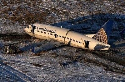 Chùm ảnh: Máy bay Mỹ trượt khỏi đường băng, gần đứt làm đôi - 4