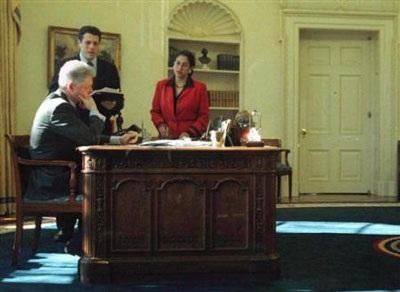 Nhìn lại vụ bê bối tình ái Lewinsky của Tổng thống Clinton (1) - 12