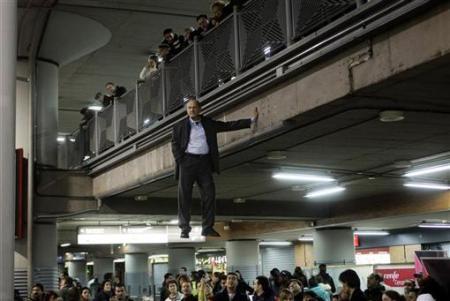 Chùm ảnh: Người bay ở nhà ga Madrid - 6
