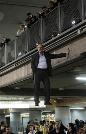 Chùm ảnh: Người bay ở nhà ga Madrid - 7